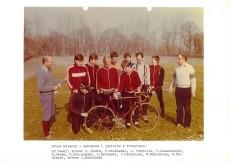 Grupa kolarzy - seniorów i juniorów z trenerami